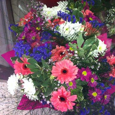 זר אביבי בשלל פרחים - פרחי ויולט - אריאל