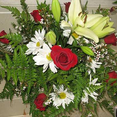 זר ורדים עם פרחים בגוון לבן - פרחי ויולט - אריאל