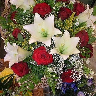 זר ורדים ושושן צחור (בעונה) - פרחי ויולט - אריאל