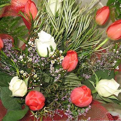 זר ורדים משולב עם טוליפ - פרחי ויולט - אריאל