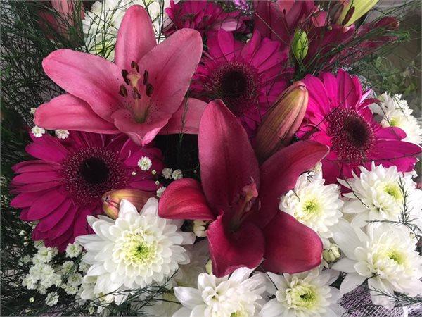 זר ליליות וגרברות - פרחי ויולט - אריאל
