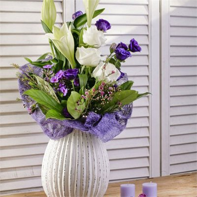 זר מעוצב לבן סגול בכלי - בר פרחים וכלים - אשקלון