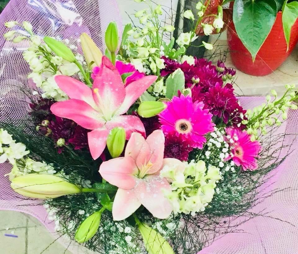 זר גרברות עם ליליות - פרחי ויולט - אריאל
