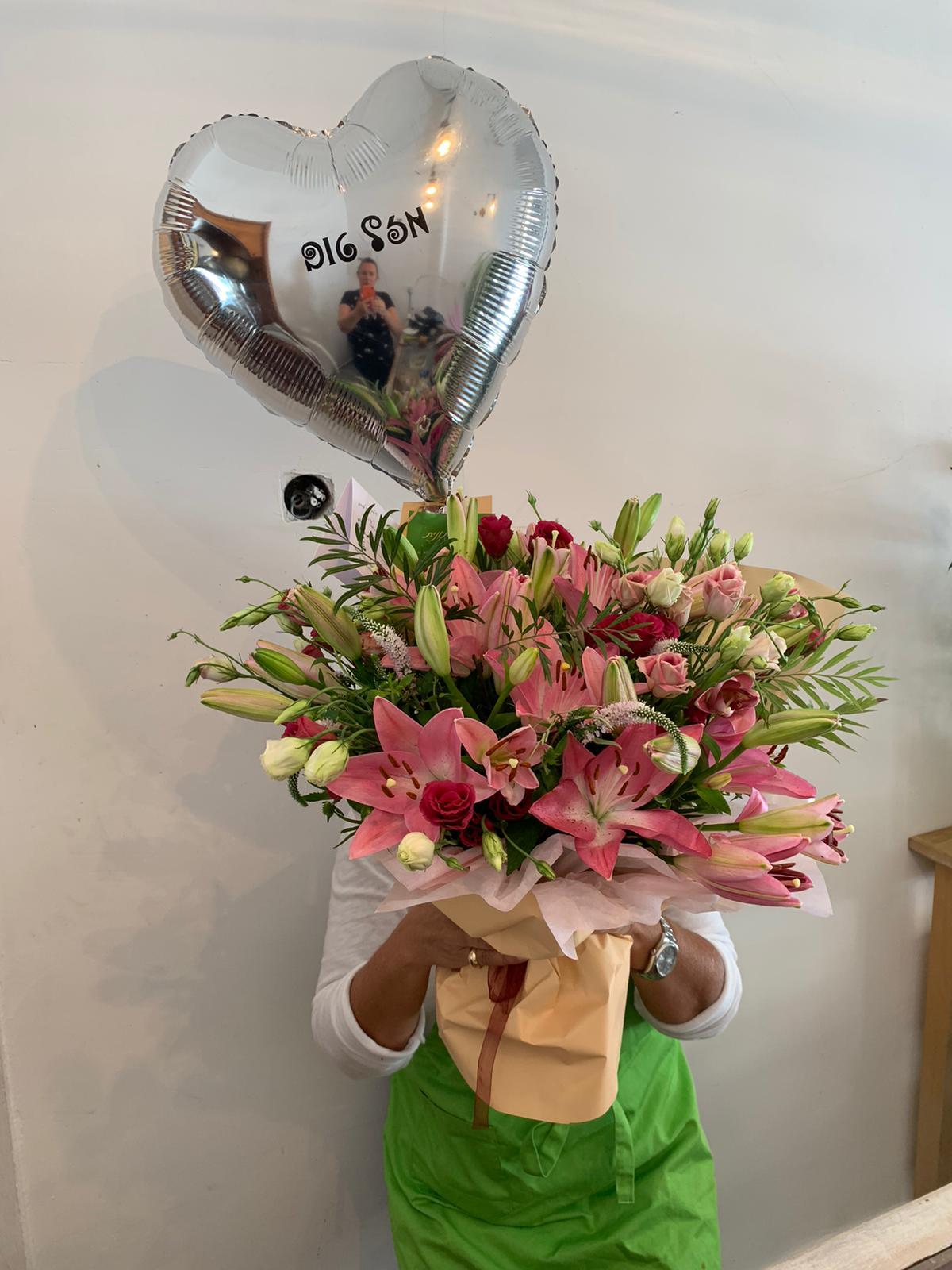זר עם בלון מזל טוב - פרחי סיתוונית - אשקלון