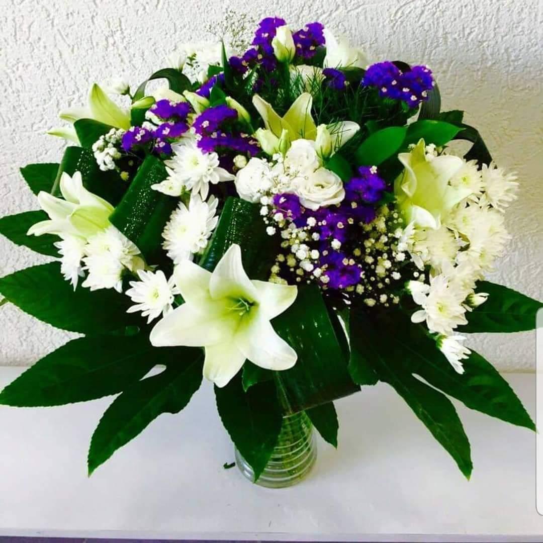 זר לבן עם נגיעות של סגול (2) - פרחי טוליפ - בת ים
