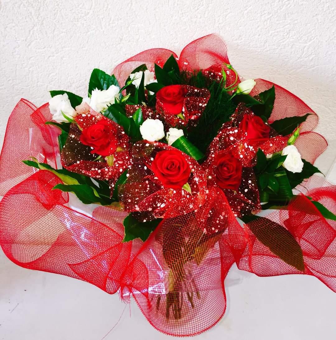 זר ורדים מעוצב אדום (7) - פרחי טוליפ - בת ים