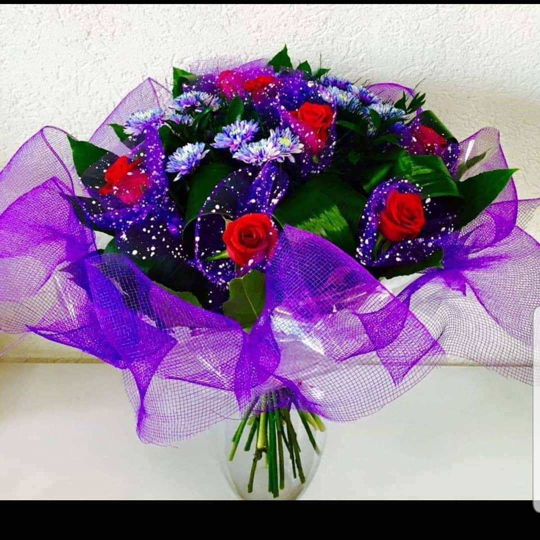 זר ורדים מעוצב סגול (8) - פרחי טוליפ - בת ים