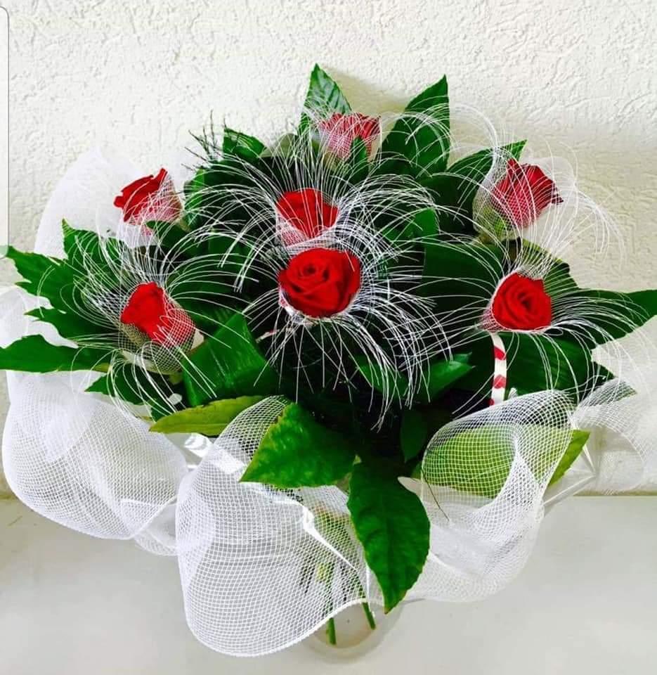 זר ורדים מעוצב לבן (9) - פרחי טוליפ - בת ים