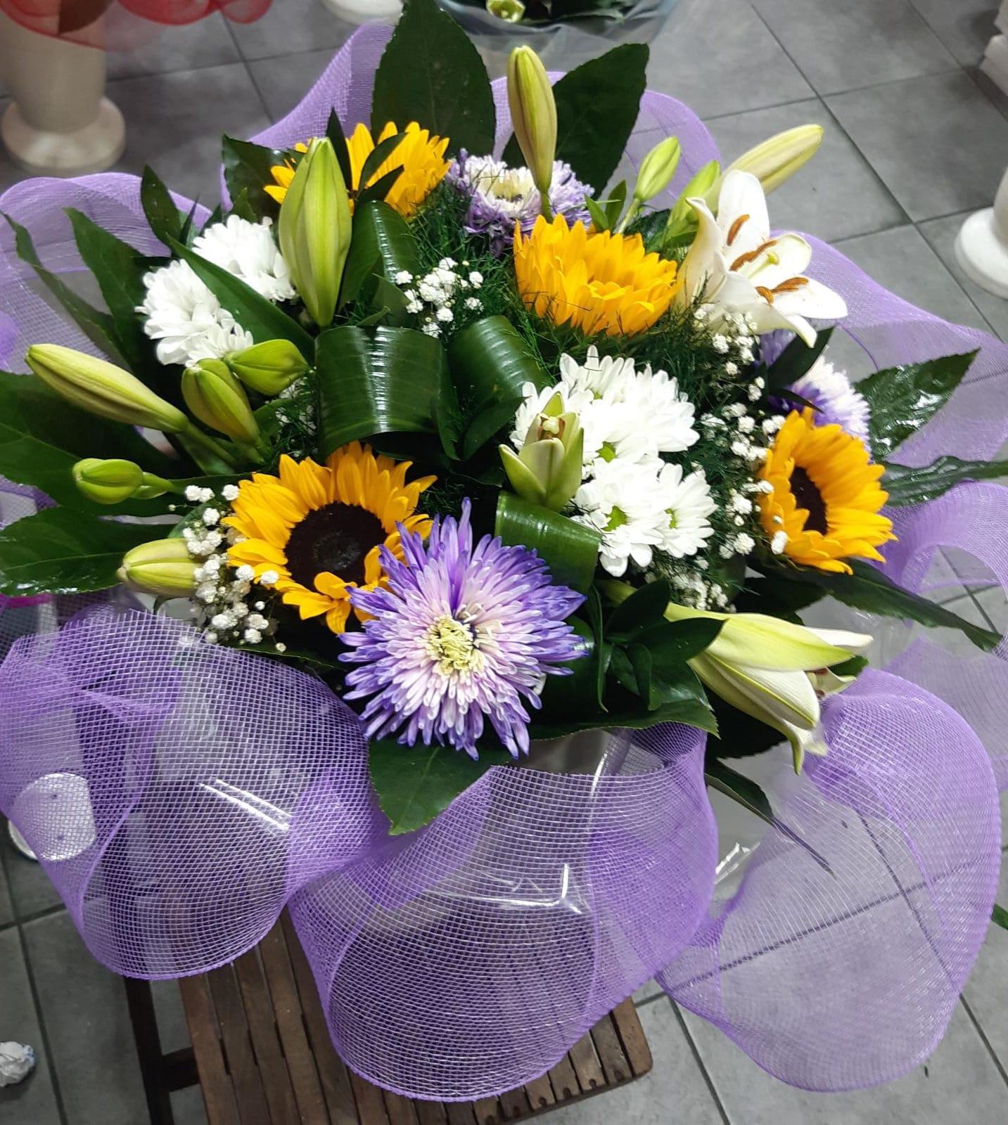 זר צבעוני חמניות (24) - פרחי טוליפ - בת ים