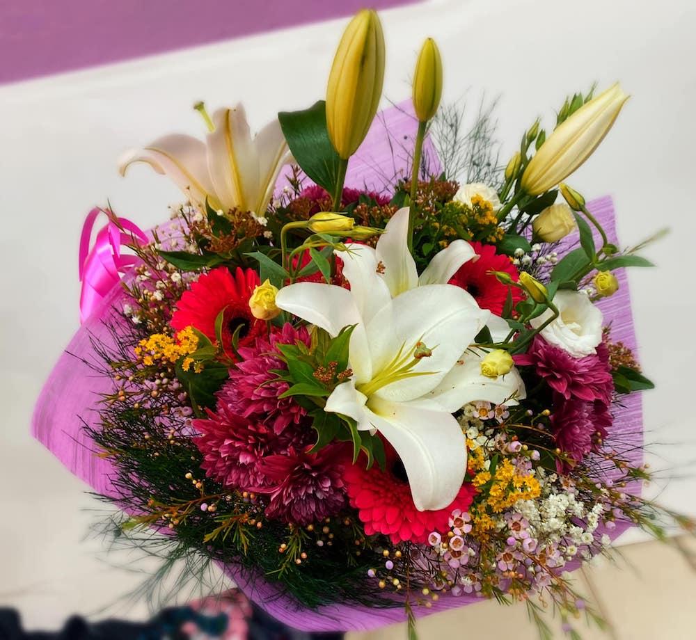זר שושן צחור ליליות וגרברות   - פרחי ויולט - אריאל