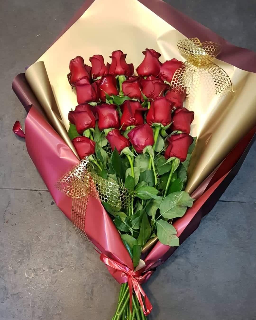 זר ורדים בנייר אדום מוזהב  - פרחי טוליפ - בת ים