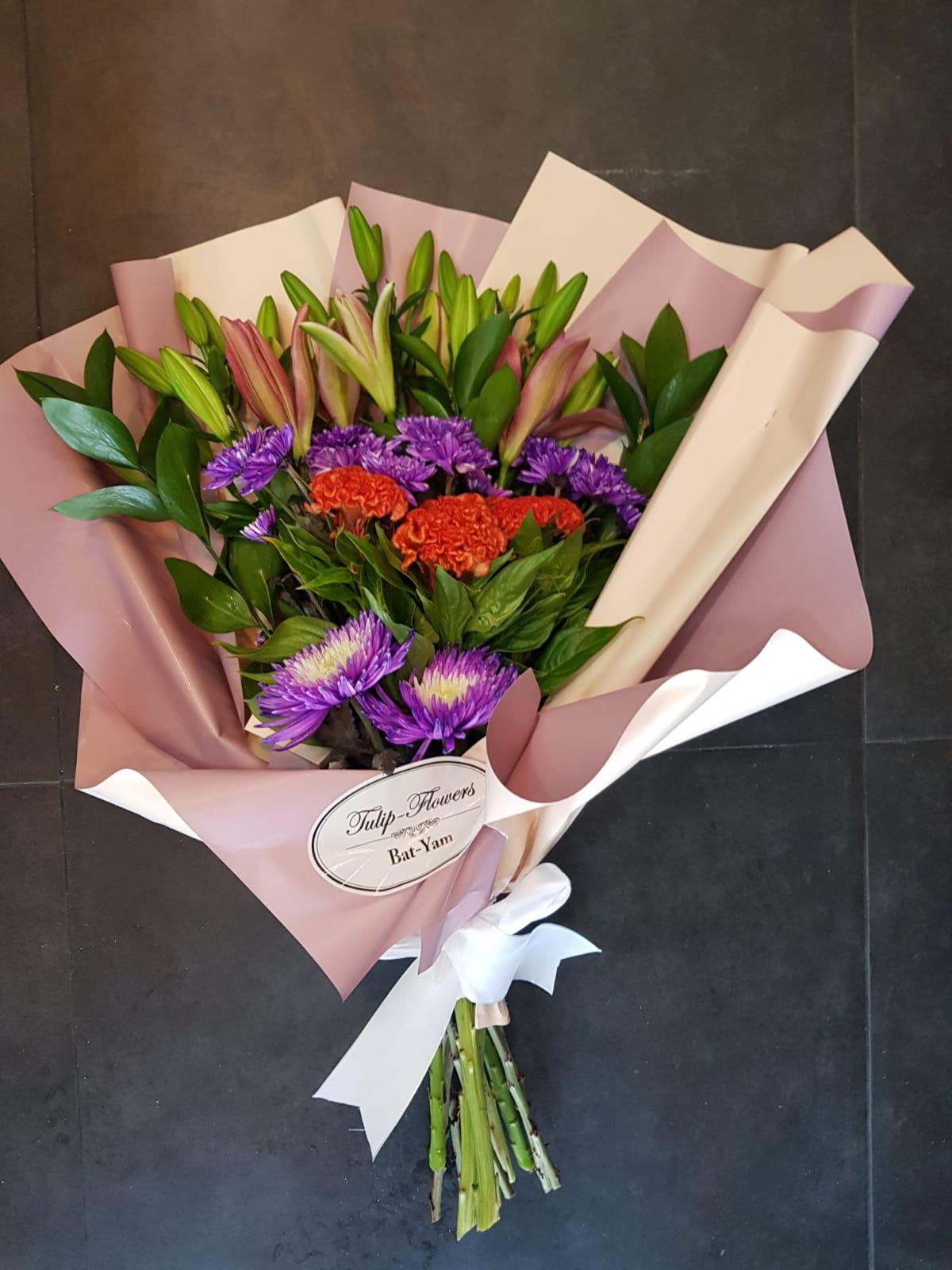 זר חזיתי בסגול וכתום - פרחי טוליפ - בת ים